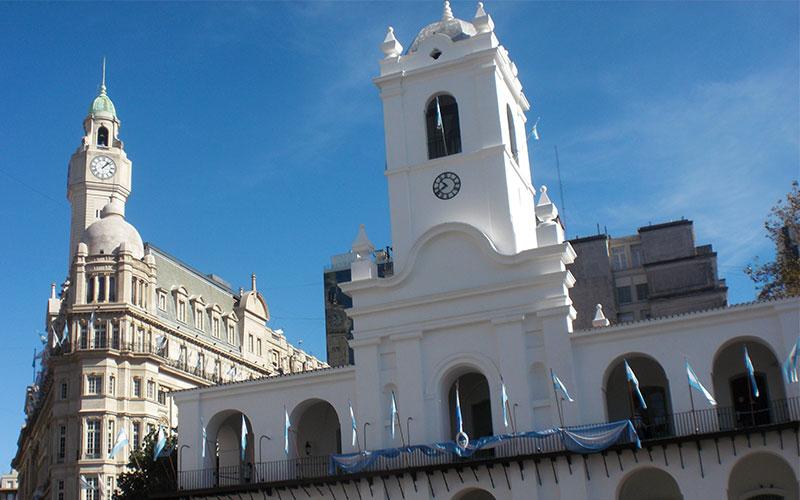 El Cabildo de Buenos Aires a la Plaza de Mayo