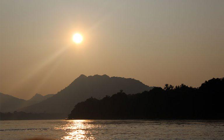 Dormir, menjar, beure whisky i cervesa amb un sunset cruise el Mekong acompanyat d'un mojito amb brotxetes de pollastre GRATIS a Luang Prabang