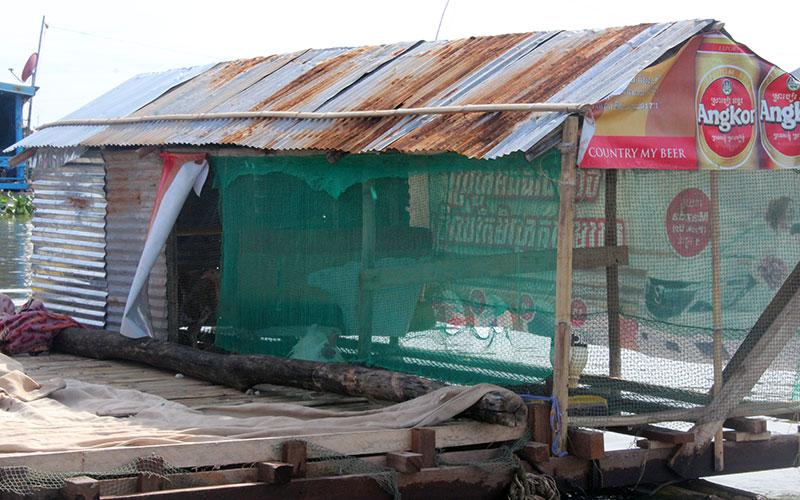 Galliner flotant a Kampong Chhnang Cambodja